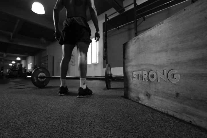 noir et blanc homme fitness faire du sport