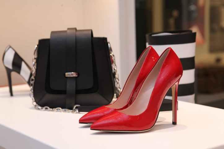 a l interieur boutique chaussures contemporain