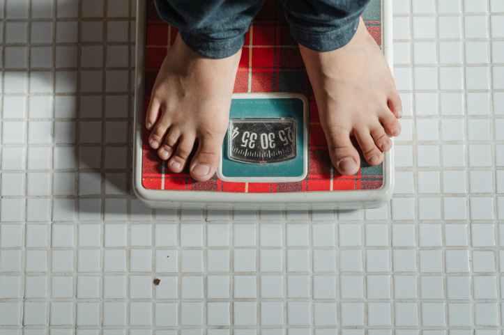 sain personne pieds jeans