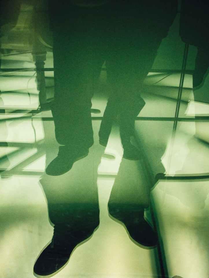 homme costume pieds sans visage