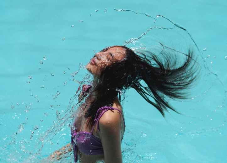 cheveux ondules minces dans l eau bleue de la piscine de la station