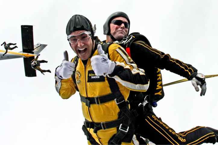 homme en combinaison jaune et homme en combinaison noire sky diving