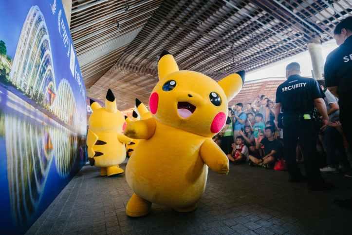 pikachu plushmascot jaune