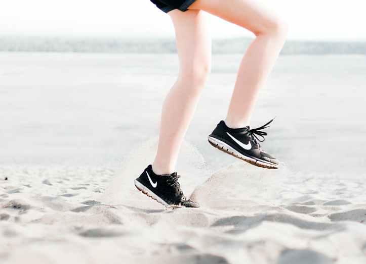 photo d une femme portant une paire de chaussures de course nike noires