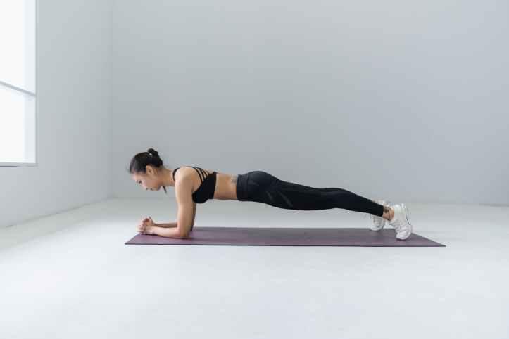 photo de femme faisant du yoga