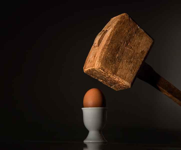 maillet en bois brun pres de l oeuf de poulet brun