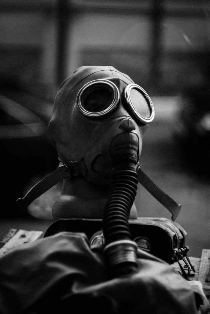 photo en niveaux de gris du masque a gaz