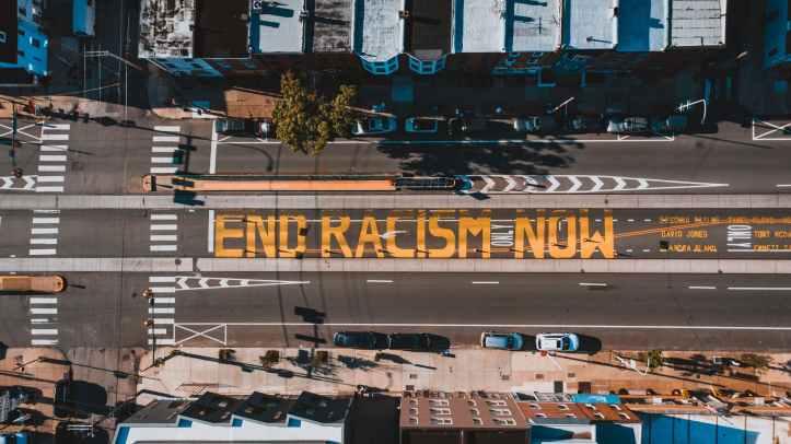 route avec le titre end racism now en ville